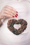 Ręki trzyma boże narodzenie ornament Fotografia Royalty Free