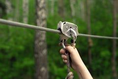 Ręki trzyma carabiner na zamek błyskawiczny linii Obraz Stock