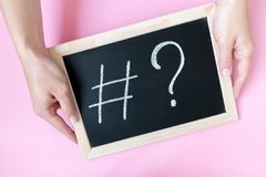 Ręki trzyma chalkboard z hashtag znakiem zdjęcie royalty free