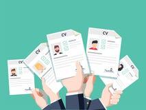 Ręki trzyma cv życiorysu dokumenty Stosować dla pracy royalty ilustracja