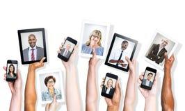 Ręki Trzyma Cyfrowych przyrząda z ludźmi biznesu fotografia stock