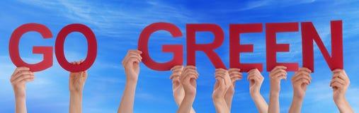 Ręki Trzyma Czerwonego Prostego słowo Iść Zielony niebieskie niebo Zdjęcia Royalty Free