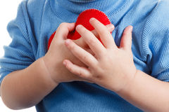 Ręki trzyma dziecka serca symbol Pojęcie miłość, zdrowie i opieka, Zdjęcia Stock