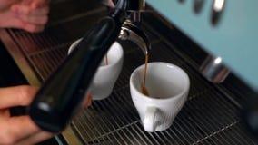 Ręki trzyma formę z naciskającą kawą fachowy barista zbiory wideo
