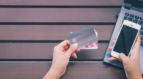 Ręki trzyma kredytową kartę i używa laptop, mądrze telefon Obraz Stock