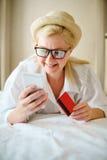 Ręki trzyma kredytową kartę i używa mądrze telefon Zdjęcia Stock
