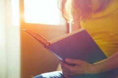 Ręki trzyma książkę i czytanie Zdjęcie Royalty Free