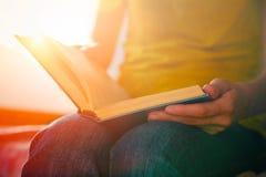 Ręki trzyma książkę i czytanie Fotografia Royalty Free
