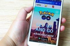 Ręki trzyma mądrze telefon z parawanowym Pokemon Iść strona internetowa Zdjęcie Royalty Free