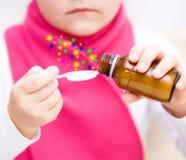 Ręki trzyma medycyny opieki zdrowotnej syrop Obrazy Stock