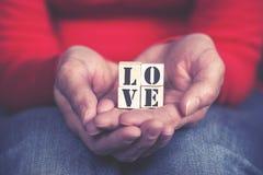 Ręki trzyma miłości wiadomość obrazy stock