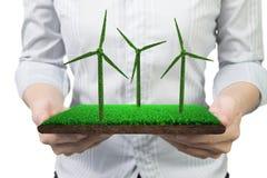 Ręki trzyma murawy płytkę z trawy teksturą silniki wiatrowi zdjęcia stock