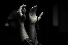 Ręki Trzyma Muzułmańskiego różana obrazy stock