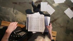Ręki trzyma muzykalnych wyniki, papier z notatkami zbiory wideo