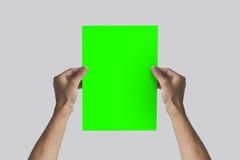Ręki trzyma A4 papier w ręce Ulotki prezentacja Pamphl Fotografia Stock