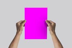 Ręki trzyma A4 papier w ręce Ulotki prezentacja Pamphl Obrazy Royalty Free
