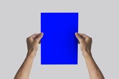 Ręki trzyma A4 papier w ręce Ulotki prezentacja Pamphl Zdjęcia Royalty Free