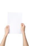Ręki trzyma A4 papierowy, odosobniony na bielu obrazy stock