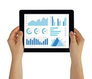 Ręki trzyma pastylkę z wykresów i map elementami na ekranie Obrazy Stock