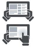 Ręki trzyma pastylka komputer i otwartą stronę internetową Zdjęcia Royalty Free