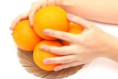 Ręki trzyma pomarańcze obraz stock