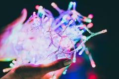 Ręki trzyma poplątaną piłkę prowadzą kolorowa czarodziejka zaświecają obraz stock