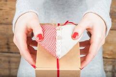Ręki trzyma prezent w Kraft pudełku na drewnianym tle Conc Obraz Stock