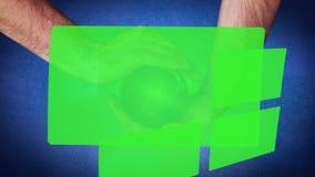 Ręki trzyma purpurową planetę które wyjawiają chroma klucza ekran zbiory