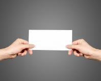 Ręki trzyma pustą broszurki broszurę w ręce Ulotki prezentacja zdjęcie royalty free