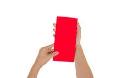 Ręki trzyma pustą czerwoną broszurki broszurę w ręce Ulotki pr Fotografia Royalty Free