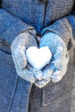 Ręki trzyma serce śnieg Zdjęcie Royalty Free