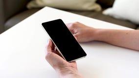 Ręki trzyma smartphone z pustym czerń ekranem zbiory