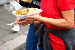 Ręki trzyma ulicznego karmowego naczynie ulicznego jedzenie rynku Selekcyjna ostrość obraz royalty free