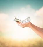 Ręki trzyma USA dolarów notatkę z naturalnym tłem zdjęcie royalty free