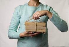 Ręki trzyma wiązkę książki łączyli sznurkiem, arkana na li zdjęcia stock