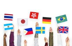 Ręki trzyma zawody międzynarodowi flaga odizolowywać na białym tle Obraz Stock