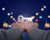 Ręki trzymają klucz Obrazy Stock