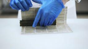 Ręki tworzy suszi z bambus matą szef kuchni zbiory