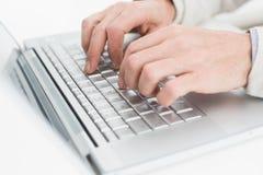 Ręki używać laptop na biel powierzchni Zdjęcia Royalty Free