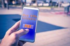 Ręki używać smartphone z kupienie zwolennikami płatniczymi na ekranie zdjęcia stock