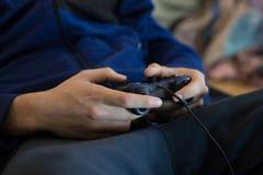 Ręki używać wideo gry kontrolera Zdjęcie Royalty Free
