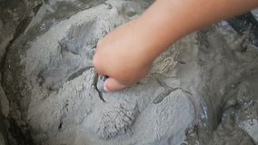 Ręki używa kielni mieszanki moździerz przed diy dylemata cementem mężczyzna betonują zbiory