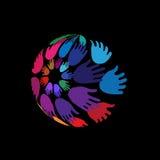 Ręki układać w kuli ziemskiej kształtują, pojęcie Ochotniczy poparcie, dobroczynność, zasięg i jedność, Zdjęcia Royalty Free