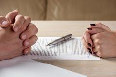 Ręki umowni przyjęcia kobieta i mężczyzna podpisuje kontrakt, Fotografia Stock