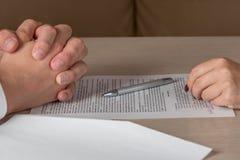 Ręki umowni przyjęcia kobieta i mężczyzna podpisuje kontrakt, Zdjęcie Stock