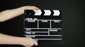 Ręki use filmu produkci clapper deska na czerni, royalty ilustracja
