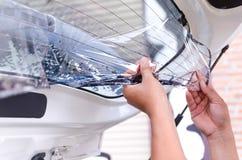 Ręki usuwa starego samochodowego okno film mężczyzna Obrazy Royalty Free