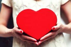 Ręki valentine serca pudełko Obrazy Stock