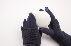 Ręki w błękitnych rękawiczkach trzyma białą piłkę obraz stock