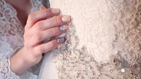 Ręki w białej ślubnej sukni zdjęcie wideo